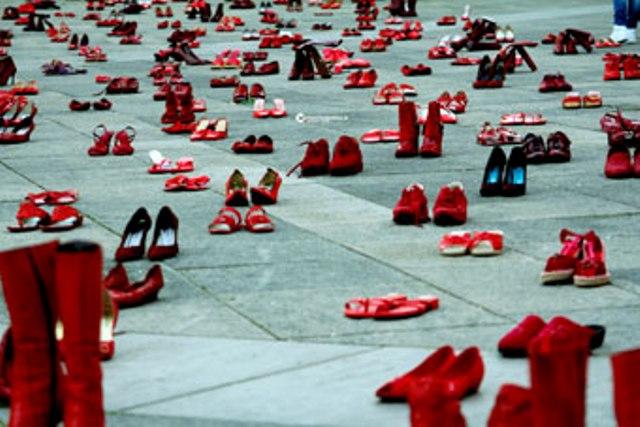 scarpe rosse in vetrina nella giornata contro la violenza sulle donne iniziativa di confesercenti e centri commerciali naturali gonews it scarpe rosse in vetrina nella giornata