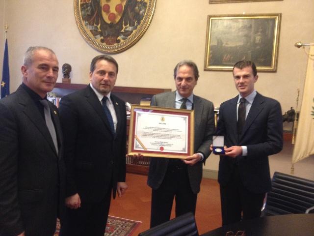 Il sindaco Cenni riceve l'onorificenza per l'integrazione con i rumeni