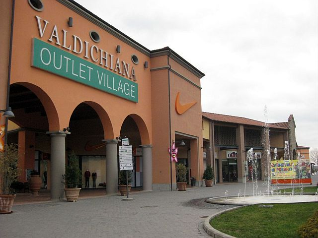 Saldi al Valdichiana Outlet Village: primo giorno di super ...
