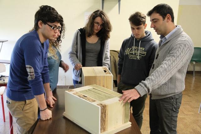 L'istituto Fermi di Empoli e il gruppo Abita a lavoro sulla bioedilizia (foto Valerio Fortino)