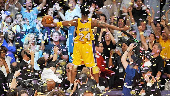 Kobe Bryant acclamato dai tifosi dei Lakers