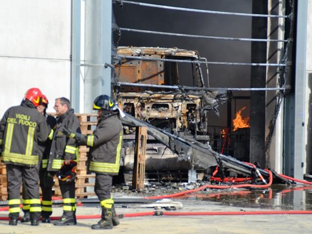 Le operazioni di spegnimento dell'incendio (foto gonews.it)
