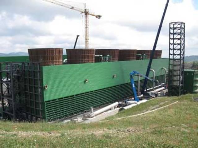 Torre di raffreddamento con silenziatore (a destra) in costruzione