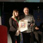 Brenda Barnini consegna il Sant'Andrea d'oro a Don Renzo Fanfani