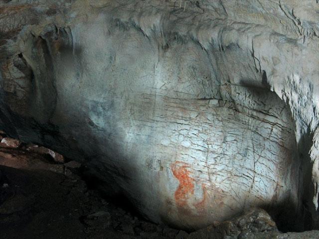 Un'immagine di Grotta Paglicci in Puglia e immagini di denti, reperti provenienti da Grotta Paglicci (Foto del Dott. Stefano Ricci, del dipartimento di Scienze Fisiche, della Terra e dell'Ambiente dell'Università di Siena)